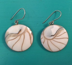 Nautilus round white earrings